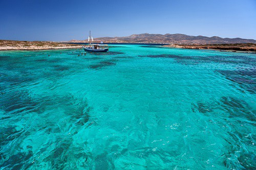 While you may have heard of Paros, Antiparos still manages to fly under-the-radar. The island is small, but its main village, Chora, has those typical whitewashed buildings and blue-domed churches overlooking the glittering sea.